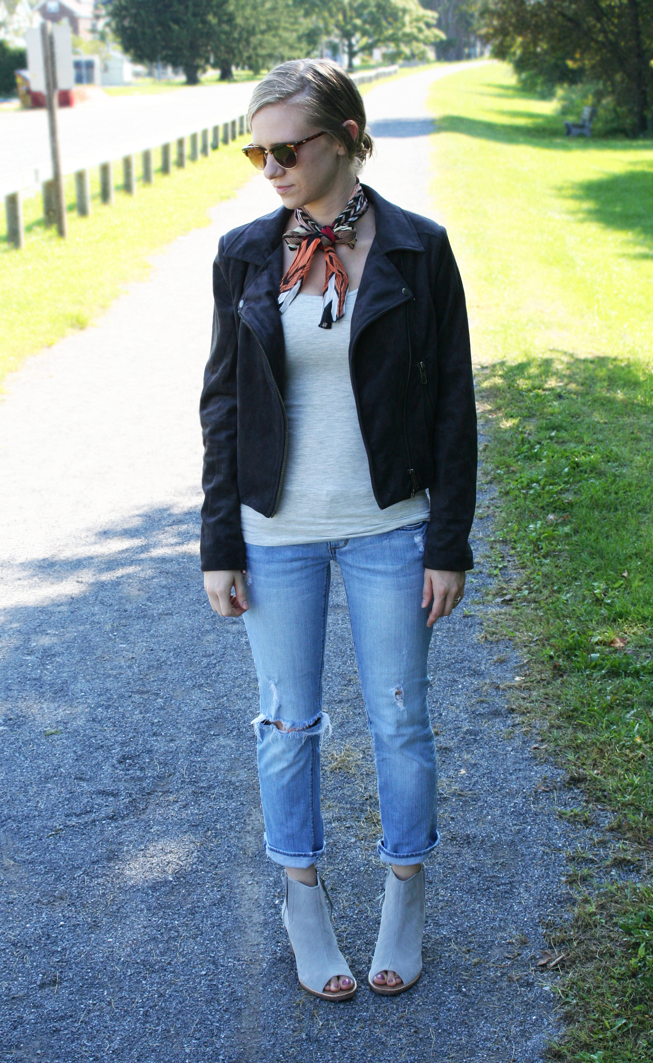 neck-tie-and-ripped-jeans-3